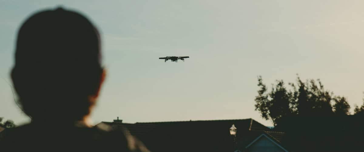 flyver-med-stor-drone-over-hus